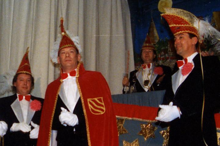 1990 Prinz Hermann I. Elmenhorst mit Mundschenken R. Rüchel und H. Sickmann